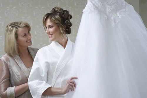 Il grande giorno si avvicina a passi da gigante ma sei ancora in alto mare  riguardo alla scelta dei vestiti della mamma della sposa  No panic! 58cb1d6dc49